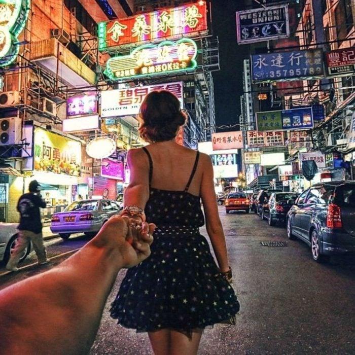 Foto de chica tomada de la mano de su novio