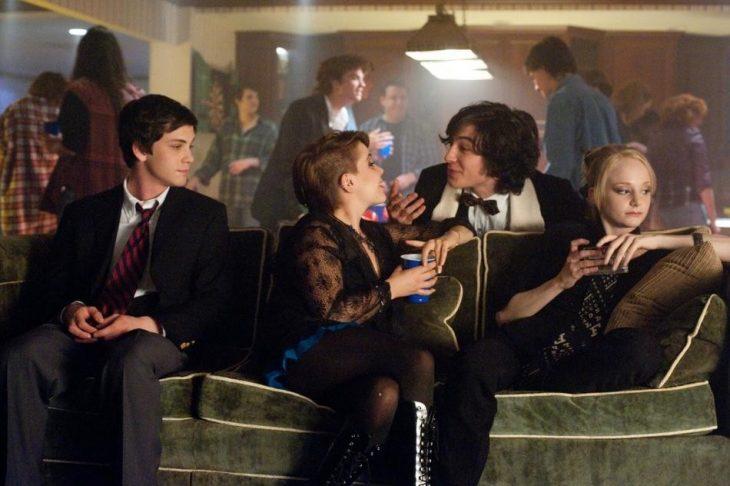 personas sentadas en un sofá hablando