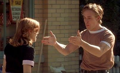 hombre discutiendo con una mujer en medio de la calle