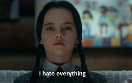 niña sentada diciendo que odia todo