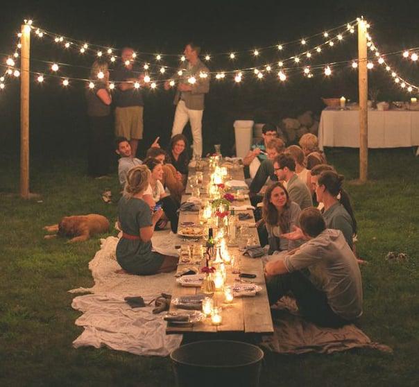 familia reunida cenando en un jardín