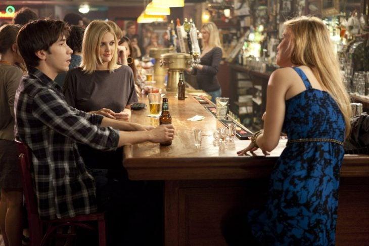 personas bebiendo cerveza en la barra de un bar