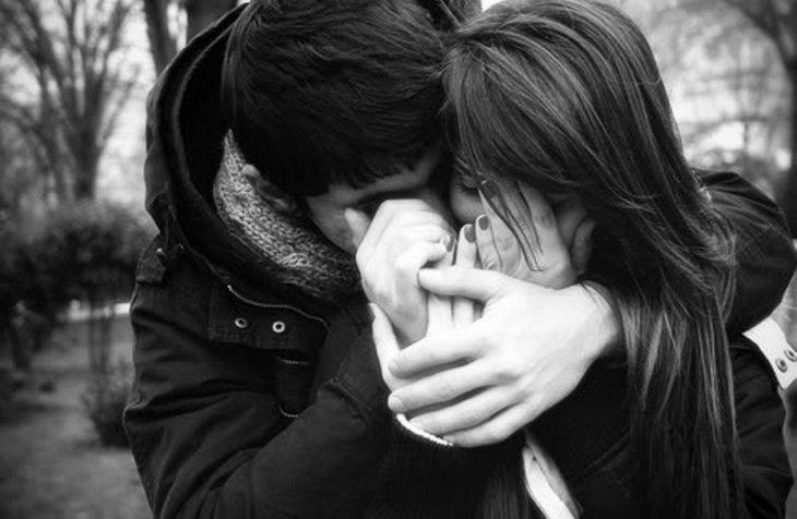 pareja feliz abrazados