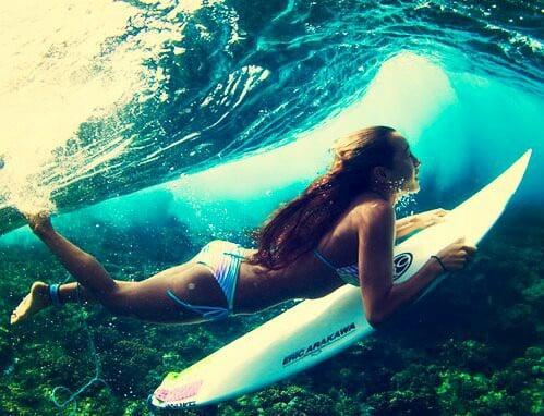 chava surfeando en las playas azules de mexico