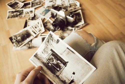 ver fotos del recuerdo familiar tirada en el piso