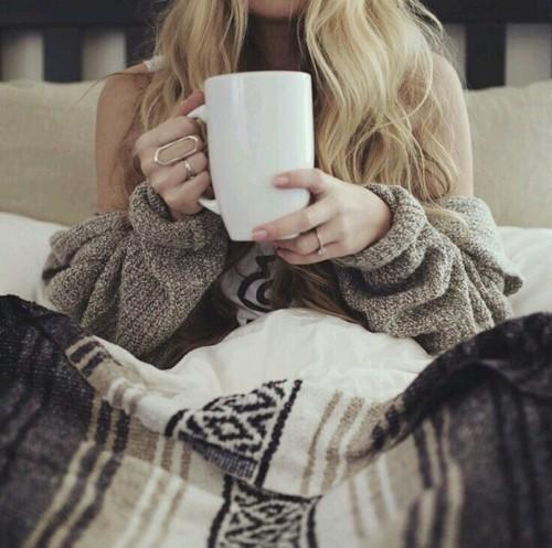 tomar una bebida caliente en la cama mientras ves la tele en invierno