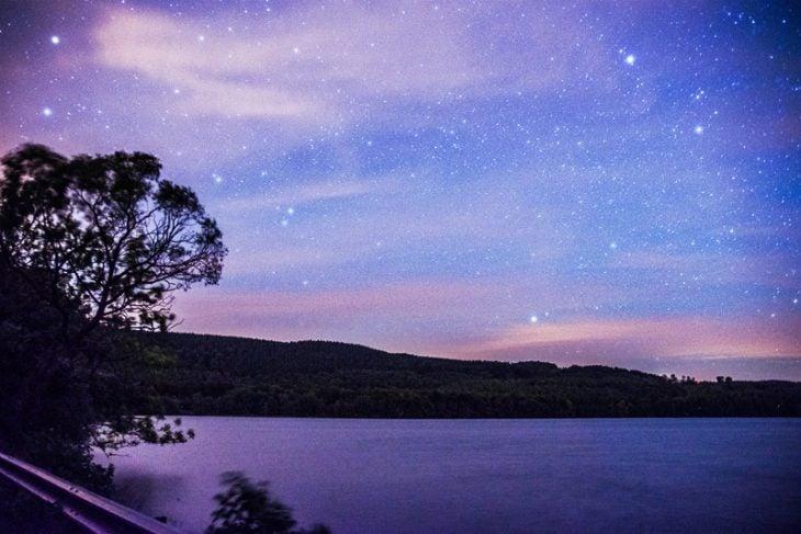 cielo estrellado al anochecer en el lago