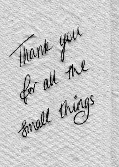 """mensaje """"Gracias por esas pequeñas cosas"""" en una servilleta"""