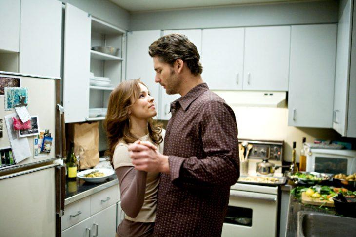 pareja en medio de la cocina bailando