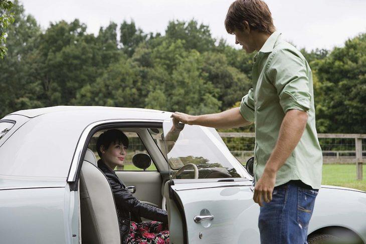 hombre abriéndole la puerta del coche a una chica