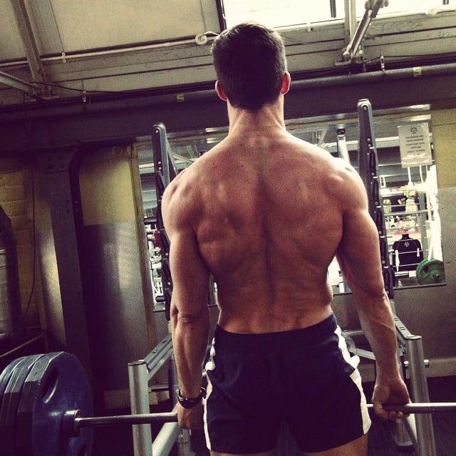 hombre levantando unas pesas en un gimnasio