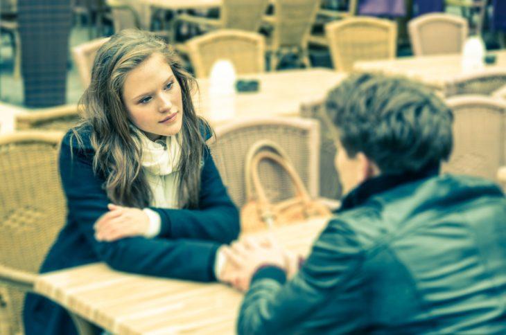 mujer en un restaurante sentada junto a su novio