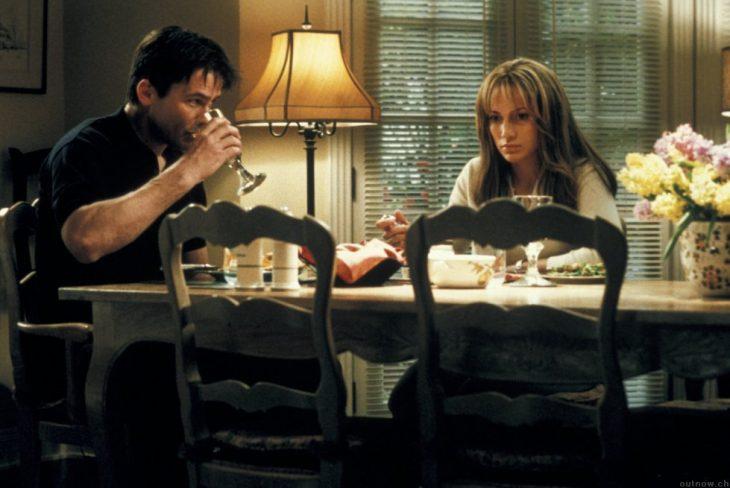 escena de la película nunca más donde ambos están cenando y tomando vino