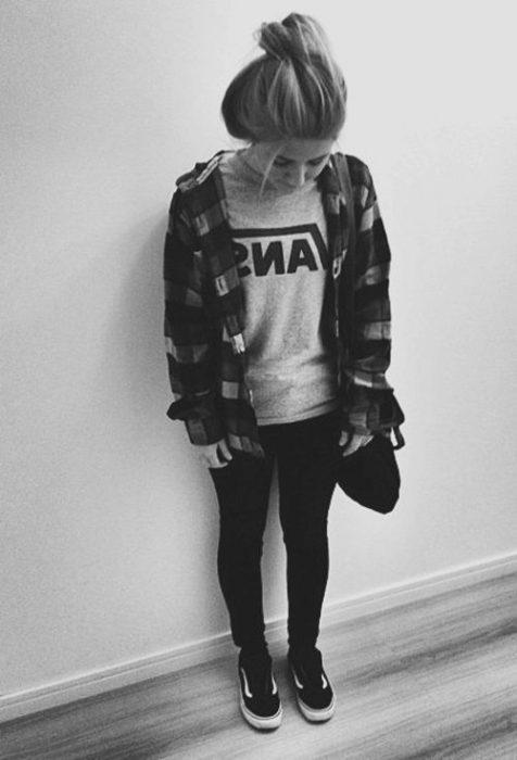 chica desarreglada usando camiseta jueans y tenis