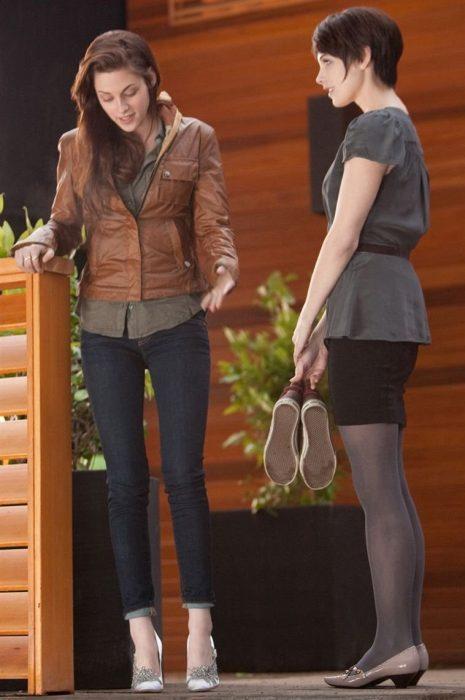 Escena de la película 'amanecer' bella swan midiéndose sus zapatos de boda