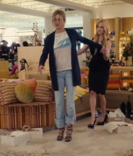 escena de la película una esposa de mentiras donde se mide unos zapatos en una tienda y la vendedora la ayuda