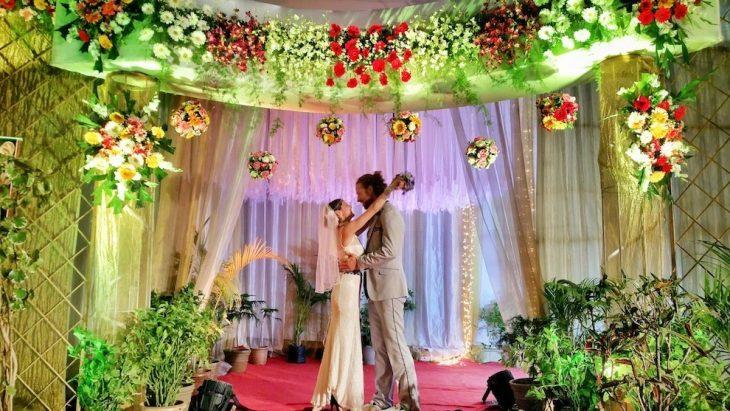 pareja que se casa en una ceremonia en mumbai india