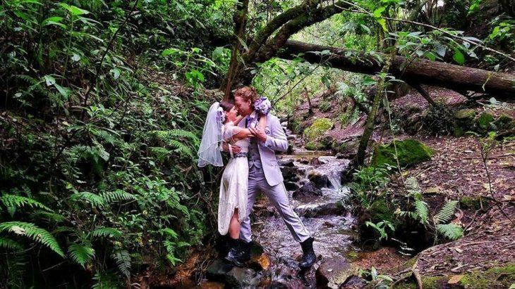 pareja besandose vestidos de novios en la selva colombiana