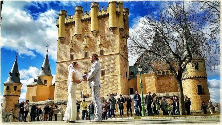 pareja tomados de las manos parados en una plaza de Segovia España