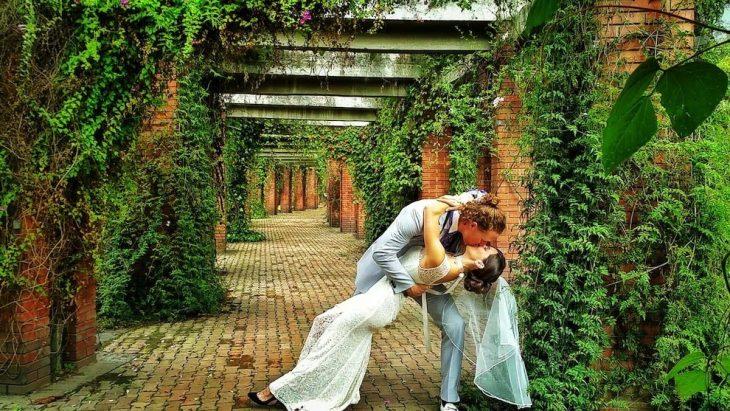 pareja besándose para su foto del día de su boda
