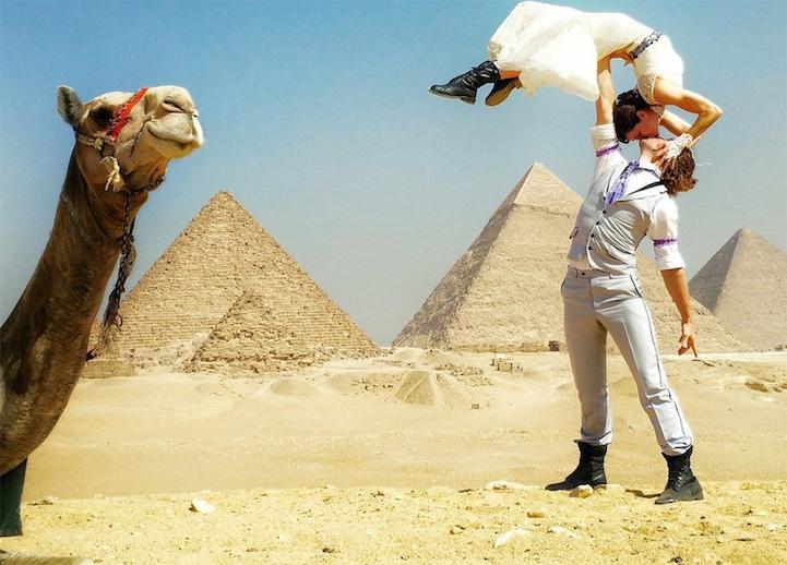 pareja cansándose frente las  pirámides de Egipto
