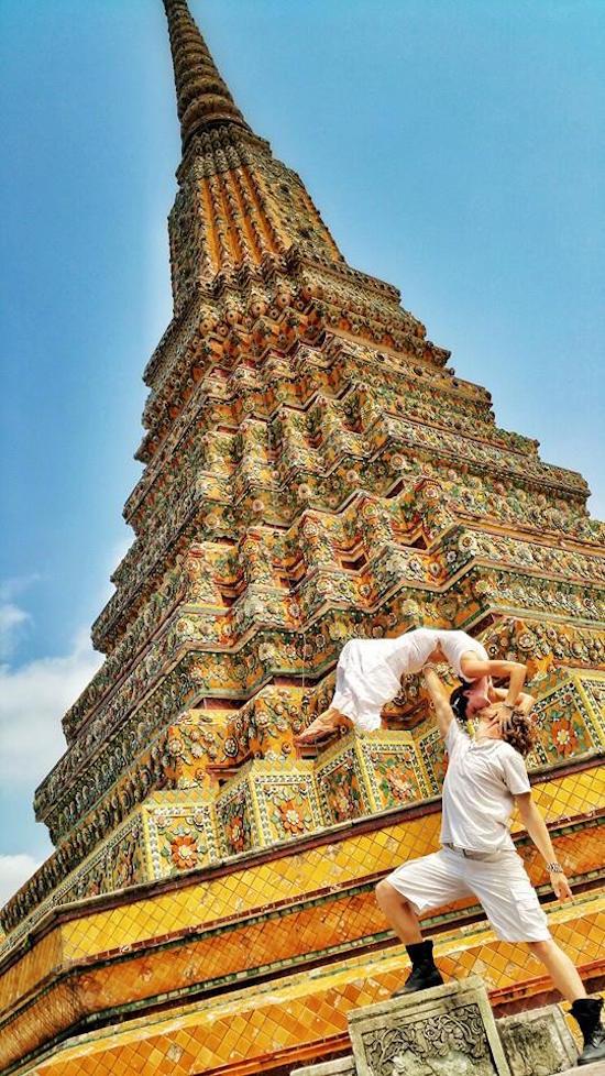 pareja frente a un monumento en bangkok tahilandia