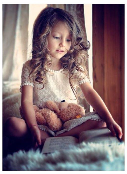 niña pequeña leyendo un libro
