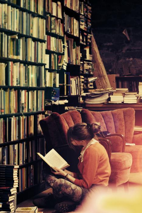 Chica leyendo en su casa