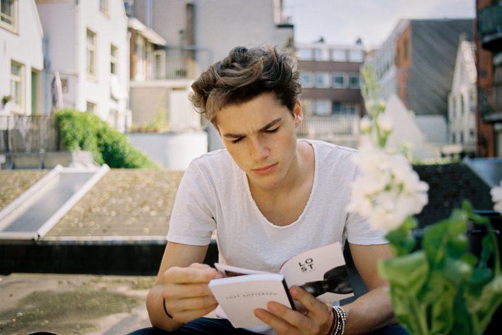 Chico leyendo un libro de Lost