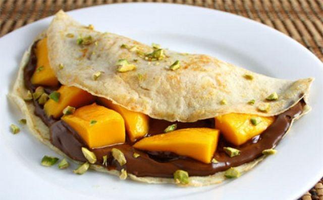 crepa de nutella con mango sobre un plato