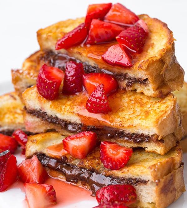 pan francés con nutella y fresas bañando en miel