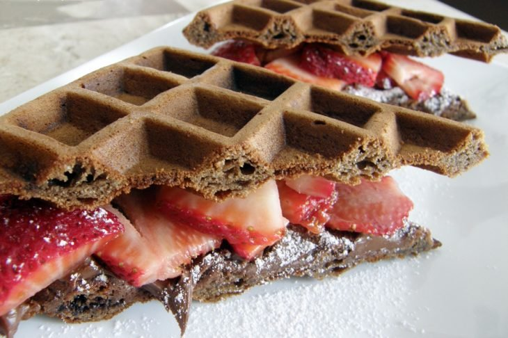 waffle de nutella con fresas colocado uno sobre otro