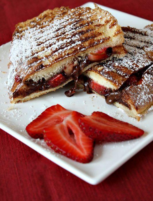panini de nutella con fresa espolvoreado con azúcar glas