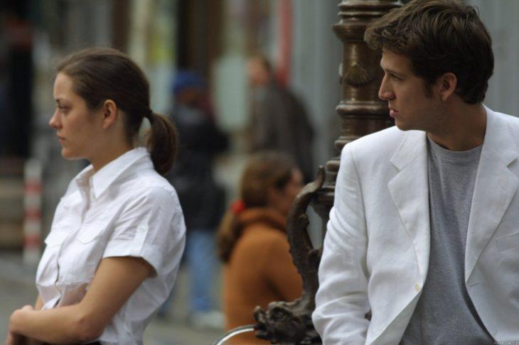 hombre viendo a una mujer junto a él en la calle
