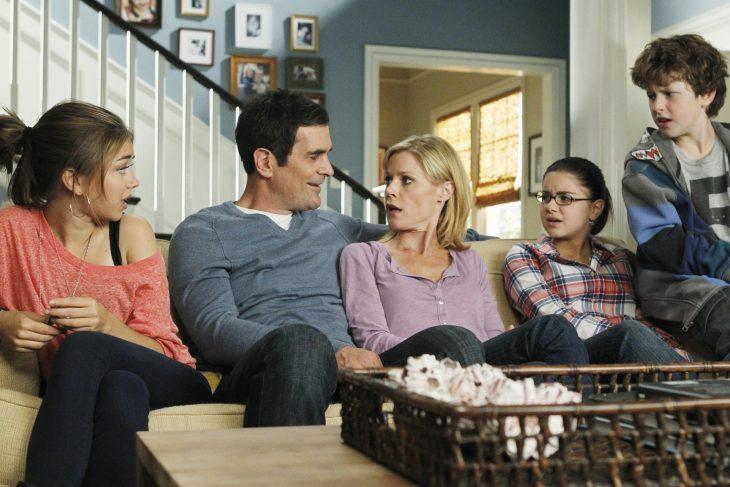 familia sentada en el sofá