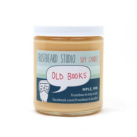 bote que contiene una vela con olor a libro viejo