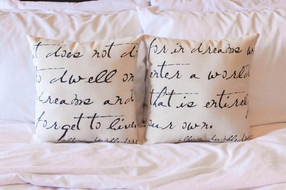 almohadas con letras en la funda