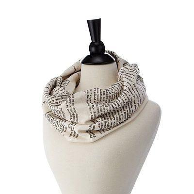 bufanda con diseños de hojas de libros