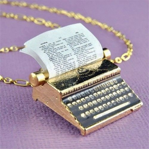 collar en forma de una maquina de escribir