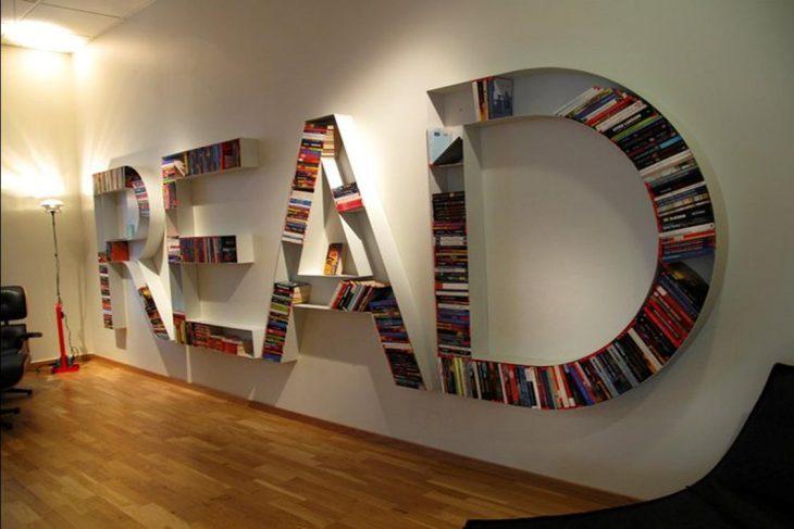 librero de pared que forma letras
