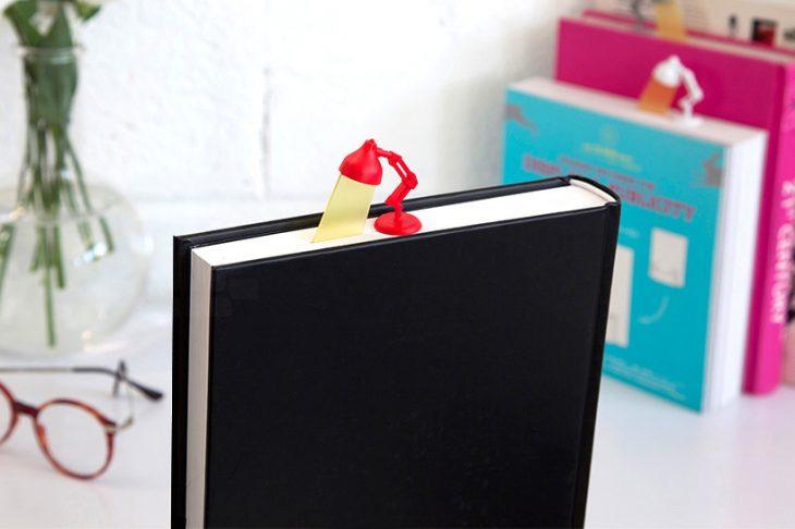 separador de libro en forma de lampara de pixar