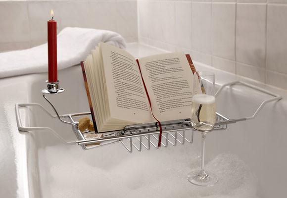 reposador para libros que esta en la tina del baño
