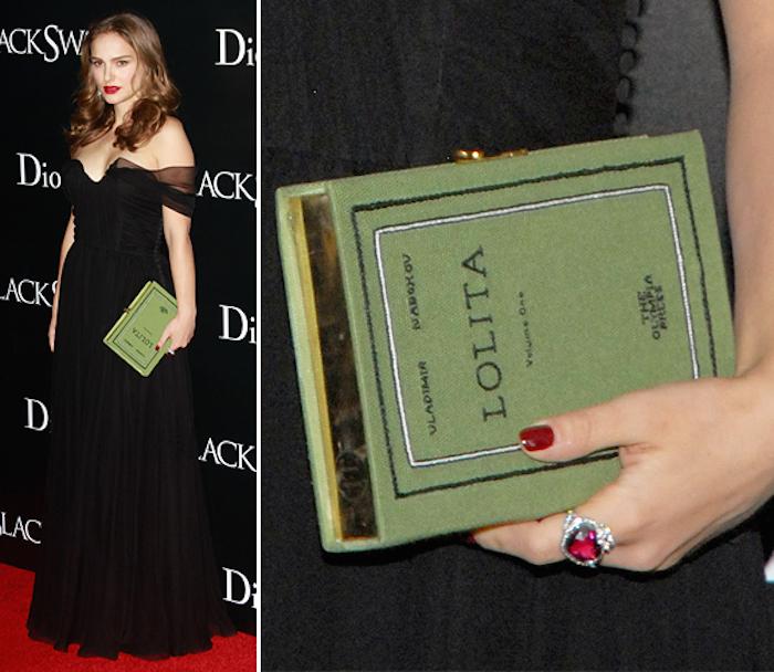 natalie portman con una bolsa clutch en forma de libro