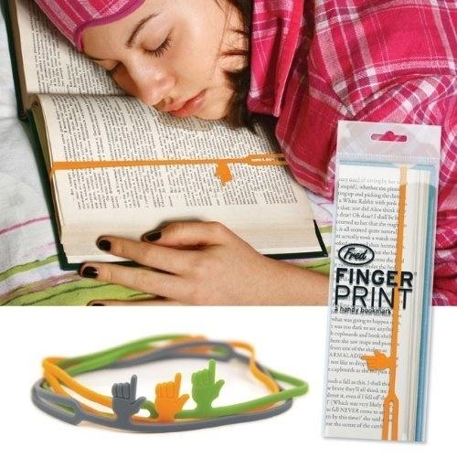 mujer dormida sobre un libro enseñando un separador de libros