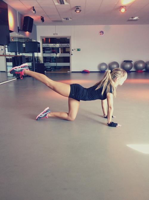 Chica haciendo ejercicio en el piso