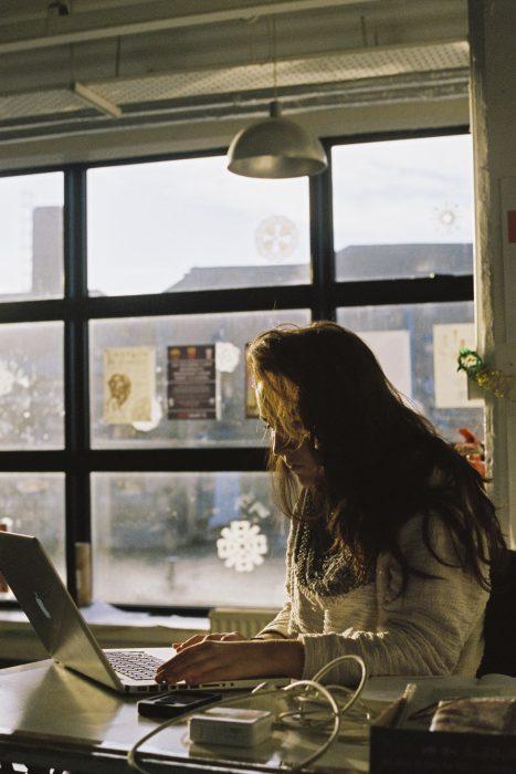 Chica revisando su computadora