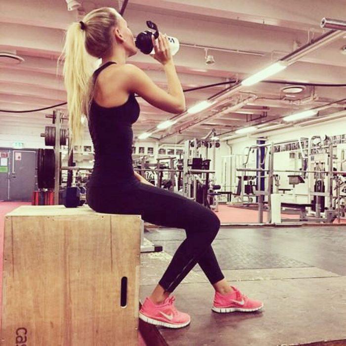 Chica en el gimnasio tomando agua