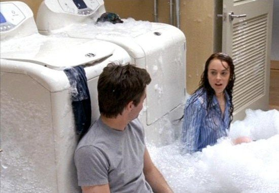 personas lavando la ropa