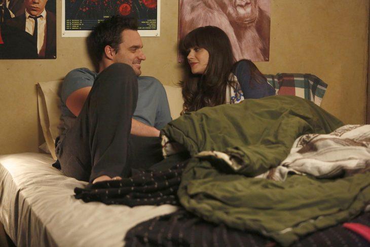 pareja recostada en la cama hablando