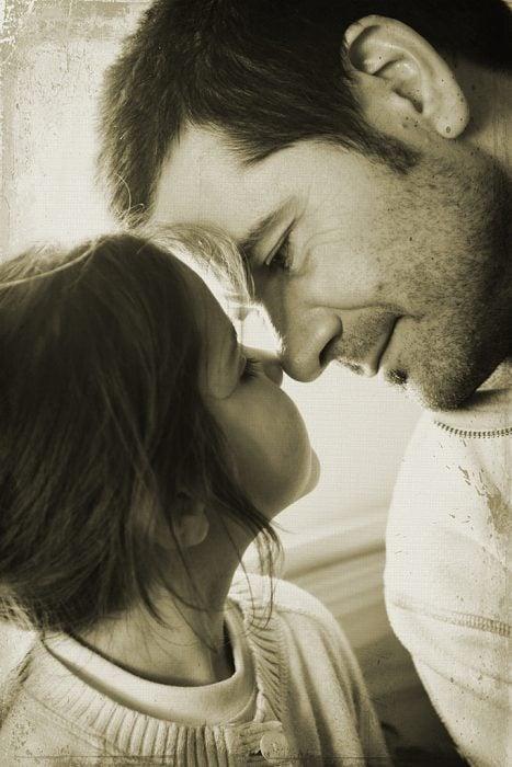 papá poniendo su nariz sobre la de su hija